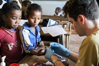Dr. Stephen Spencer, the founder of the schistosomiasis research project, takes blood samples to test for anaemia, a common effect of bilharzia.<br /></noscript> The 2016 expedition looked at how bilharzia is affecting the health of the population. The school children were divided into several 'stations' through which the fifty children (aged 5-14) would rotate through. The national staff completed the questionnaires with each child (assessing the impact of schistosomiasis in their daily life) and ran cardiovascular assessments, each child's height and weight was measured, Hannah performed ultrasonography, and Stephanie and Stephen took blood tests for anaemia and malaria. At the end, every child in the village was treated for schistosomiasis via 'mass drug administration'. MAF flew approximately 9000 doses of the drug treatment to Marolambo.<br /> Madagascar Medical Expedition (Madex) is the first student-led expedition from the University of Manchester made up of medical students and doctors who studied the prevalence of schistosomiasis (bilharzia), a parasitic worm, in the population of the remote district of Marolambo in Madagascar. The 2015 research, taken in six villages testing 399 children showed a prevalence of 94% with extremely high egg count levels, well over the World Health Organization's threshold for 'intense' infection. In 2016, the team came back to continue the study, looking for how the worm was affecting the bodies of the children, and providing treatment.» width=»700″ height=»468″></p><p>I ti år har MAF fløyet leger og tannleger til isolerte områder og satt opp mobile klinikker. MAF har fulgt bærekraftprinsippet om partnerskap og samarbeid med lokale myndigheter. Jevnlig besøker et team Anjabetrongo for å tilby helsesjekk og aktiviteter for barn og unge.  Ofte blir over 600 mennesker behandlet for problemer inkludert brokk, parasittinfeksjoner, seksuelt overførbare sykdommer, tannpine og malaria. </p><p></p><h5>Sør-Sudan – null sult</h5><p><img class=